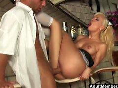Fransk Maid har att rensa upp sin röra