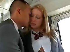 Adolescente de la muchacha folla a un hombre asiático en autobús escolar