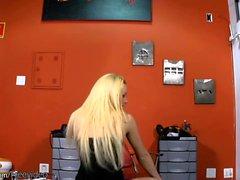 Vervollkommnen Sie blonde shemale Haltungen im schwarzen Kleid und wanks weg