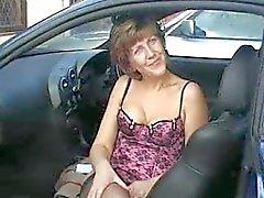 Sara em enfermeira no carro