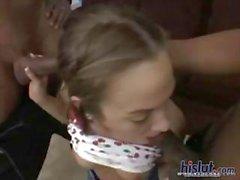 Esmer Jamie Elle lanet ve yüz almak için musluklar bir çift alır
