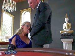 Göz kamaştırıcı Abbey Brooks bir kumar masa üzerinde Johnny Günahlar pleasures