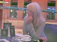 Nerd blonds Celia ramassé dans un lieu public