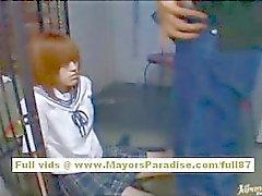 Japaneae AV modellen får hennes fitta slickas i klassrummet