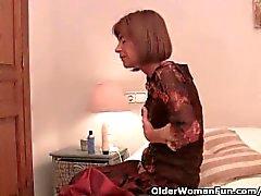 Hyvin laiha mummo Venyttely hänen tiukka pussy kanssa dildo
