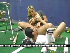 Грудастая блондин красотка на с теннисный корт