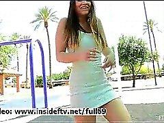 Nicole _ Amatööri babe vilkkuu häntä pillua ja persettä julkisissa