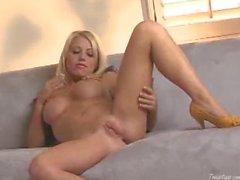 Blonde Shawna Lenee Streifen und reibt Muschi