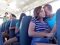 Maddy nimmt Kopf hinein Schulbusses