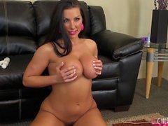 Schwül Brianna Jordan zeigt ihre erhabene Kurven und ihre süße Löcher aus