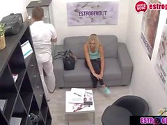 adolescente loira está sentada ao seio do médico