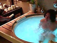 Boire du champagne et baiser dans un bain à remous