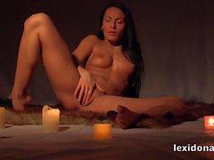 Lexidona - Çarpıcı Lexi mumlar çevrili masturbates