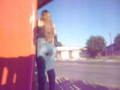 loira cavalona de jeans na parada/parte 3