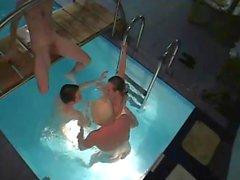 I vicini catturati hanno l'orgia della piscina