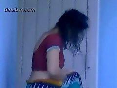 Granne desi bhabhi byta klänning på balkongen