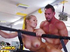 BANGBROS - Svettig PAWG Nicole Aniston Fucks Hennes Trainer I Boxning Ring