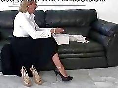 Ältere Domina brite Schuhe posiert nackt