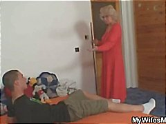 Blonde moeder vindt haar dochters vriendje probeerde te stelen van haar tas , zodat ze maakt hem te betalen
