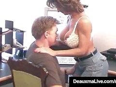 Äldre hemmafru Deauxma tar hubbys kuk i hennes rövhål!