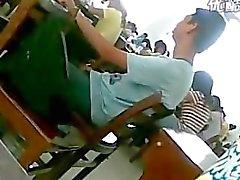 fing einen Jungen im Klassenzimmer Rucken