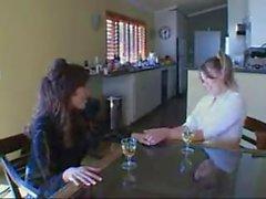 Mamma lärar dotter till att suga kukar