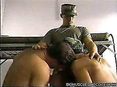 Muscle uomini dell'esercito Banging