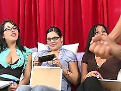 Damer matcha den kranen mot ytan av manen