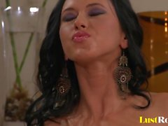 Piercing Angelica Kitten extraindo suculento amor néctar