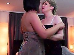 Antichi e il giovani lesbiche lecca gli la l'altro