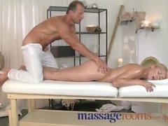 Massagerum blonda i saftig persika luffare får fitta fyllda med gnista