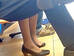 Ehrliche Asian Shoeplay Dipping Füßen in Nylons Stewardess