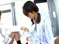 Симпатичные Jap Slut принимает двух петухов в Больничном 420