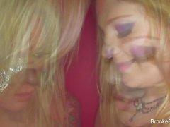 Brooke Annons och Aurora Snow retas av kameran