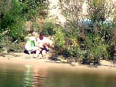 schuw en geile meid rijdt pik op de rivier