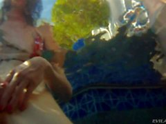 Adriana mit ihren Freunden genießen in Schwimmbad