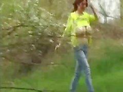 Babe med enorma naturliga bröst squizing utomhus meloner