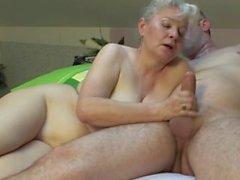 зрелой пары ебут трудно на кровати !!