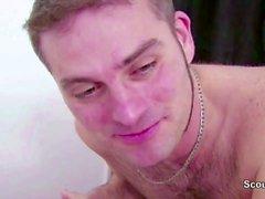 Sexiga MILF Seduce Friend of Daughter till Fuck i Massage