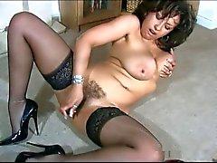 Hot British MILF Danica Collins plagen met vibrator