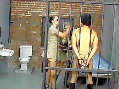 Polícia morena peituda faz prisioneiro chupar um enorme cinta