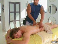 Hunk é pounding studs anal durante a massagem lusty