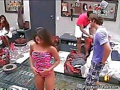 Brunetta caldo in costume da bagno sexy part5 vestirsi