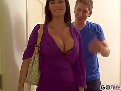 Brunette pechugón de Audrey Bitoni a roupa interior preta sexy fodi no quarto de hotel