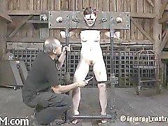Amordaçado e preso serf está sendo pleasured com vibrador
