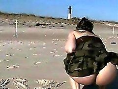 Parpadeante Y Squirting fuera en la playa