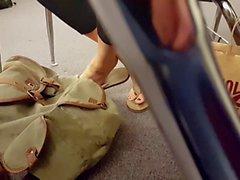 Schnappschüsse Glatte Oberfläche Schule Füsse Flip Flops auf Klassenraum