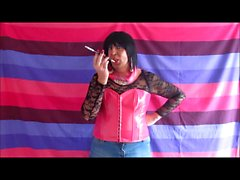 Chrissie rauchen mit Halterung ihre neue Pink corest