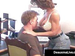 A dona de casa madura Deauxma pega o galo do esposo em seu Asshole!
