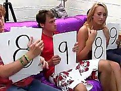 Bisexual Hochschul Babe wird durch einen Mann und die Frau leckte